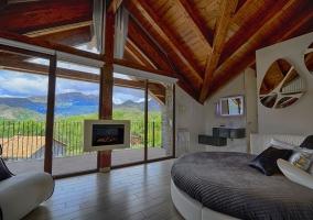 Habitación con televisión y baño incluido
