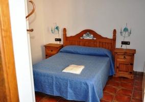 Dormitorio con cama en azul