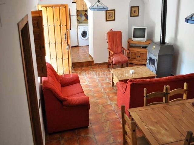 Salón y cocina al fondo tras el arco