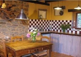 Cocina con mesa de comedor de la casa rural