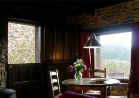 Salón con mesa de comedor redonda en madera