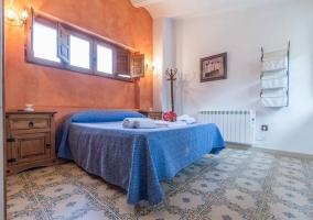 Dormitorio con pared estucada en tonos naranjas