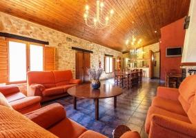 Salón con sofás y chimenea de obra