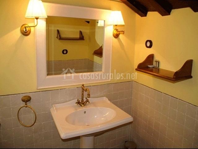 Cuarto de baño con techo de madera