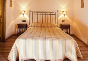 Habitación iluminada con una gran cama