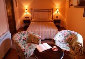 Habitación amueblada con sillones y una mesilla