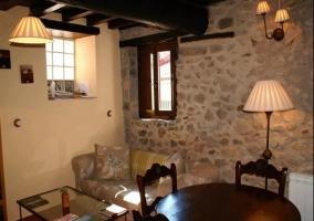 Salón completo con pared de piedra