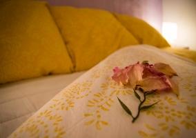 Dormitorio, detalle de la cama