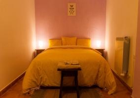 Dormitorio amarillo con cama de matrimonio
