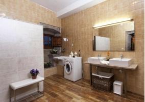 Baño totalmente equipado moderno de la casa Cal Tristany