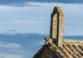 Decoración de piedra en lo alto de la casa rural
