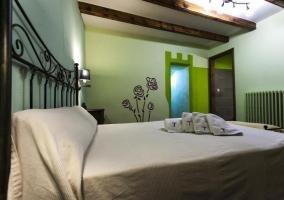 Dormitorio con cama de matrimonio con cabecera de diseño