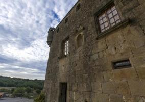 Fachada de la casa rural con piedras y ventanas de cristal