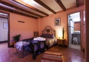 Habitación con baño propio de la casa Cal Tristany