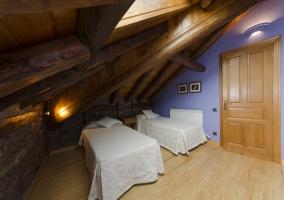 Dormitorio con cama individual y tragaluz en el techo