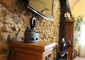 Salón y comedor con mesa de madera en el mismo espacio