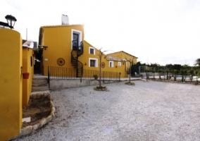 Zona exterior con fachada naranja