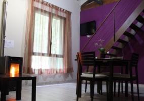 Salón de la casa con chimenea y ventana