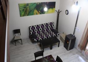 Salón con sofá en espacio compartido