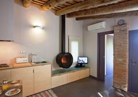 Zona de estar con chimenea y techo de madera