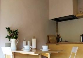 Chimenea redonda con techo de madera