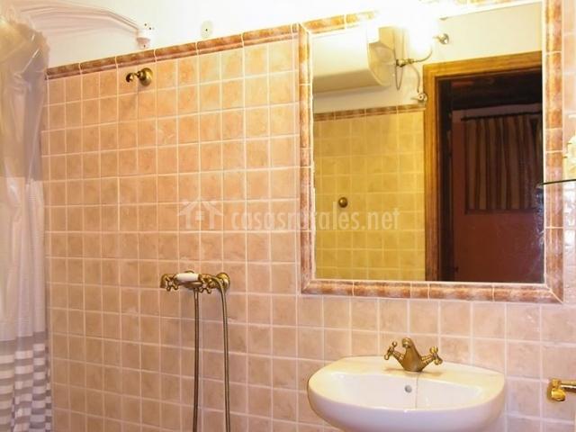Casa 2 casalpujarra en bubion granada for Cuartos de aseo con ducha