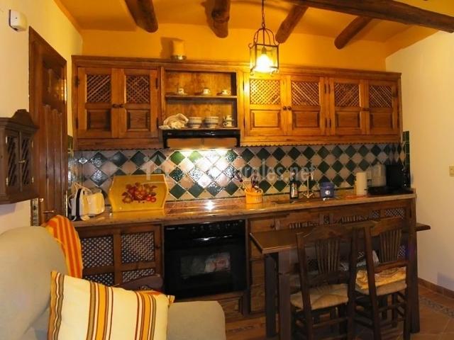 Cocina de la casa con mesa de comedor