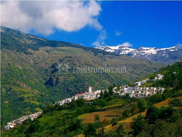 Zona de montaña en el pueblo con picos nevados