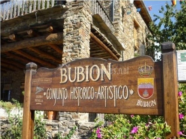 Zona del centro de Bubión con cartel