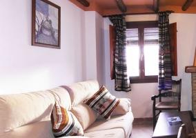 Dormitorio con camas individuales y ventanas