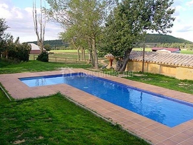 El cap del pla de la salada en lladurs lleida - Casas rurales lleida piscina ...