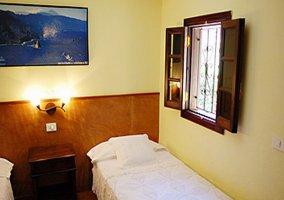 Dos camas y cuadro