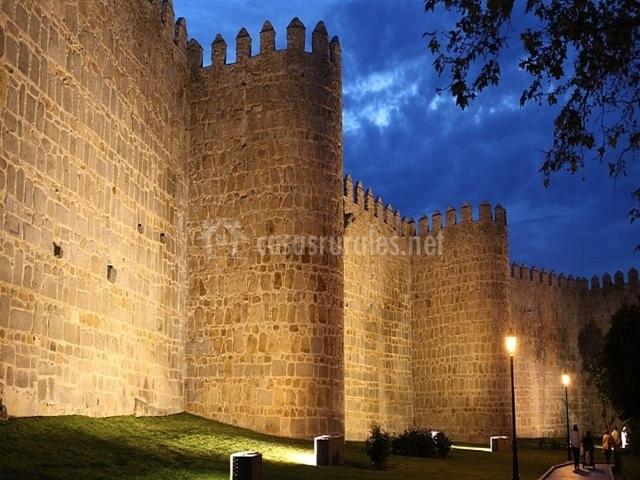 Las murallas de Ávila de noche