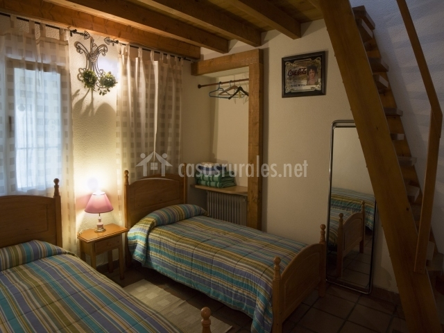 Habitación doble equipada con toallas y ropa de cama
