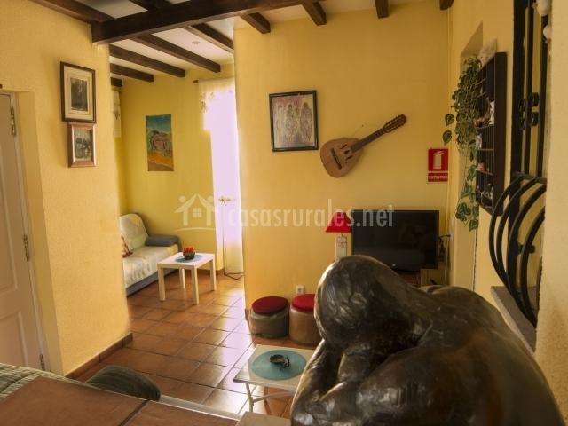 Sala de estar decorada y equipada
