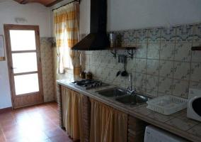 Cocina con frente de azulejos en la casa