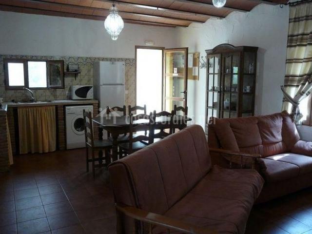 Casa pegota en pozo alcon ja n for Salon comedor cocina mismo espacio