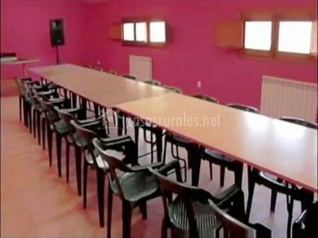 Sala social con mesas y sillas