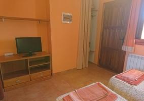 Dormitorio doble frente a la televisión