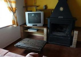 Salón con chimenea y mobiliario en rojo