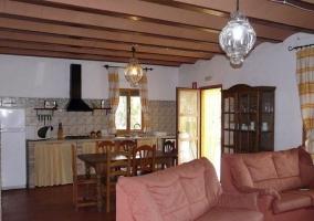Salón con ventanal y mesa auxiliar