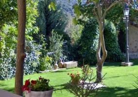 Jardín con zona de barbacoa