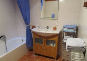 Cuarto de baño con bañera y calefacción