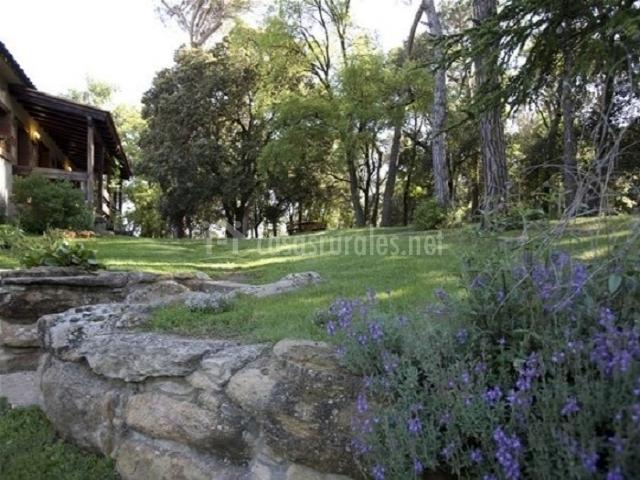 Las casas del bosque a en taradell barcelona for Casa rural jardin del desierto tabernas