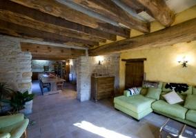Sala común con vigas de madera