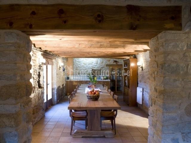 Sala común con mesa y sillas de madera como un comedor