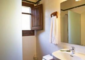 Cuarto de baño con detalles de madera
