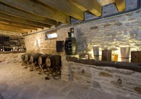 Zona de bodega con paredes de piedra y techos de madera