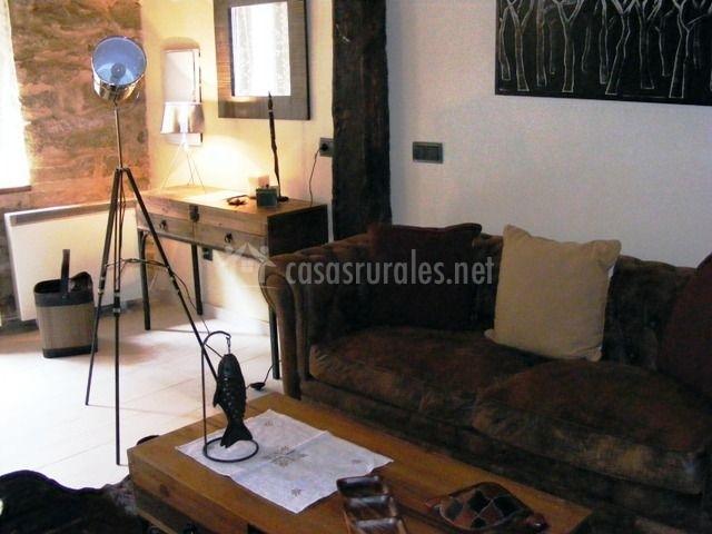 Salón con sofá y mesa de centro
