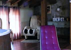 Sala con sillón y jacuzzi